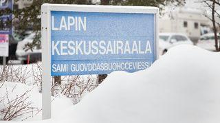 Lapin keskussairaalan kyltti talvella