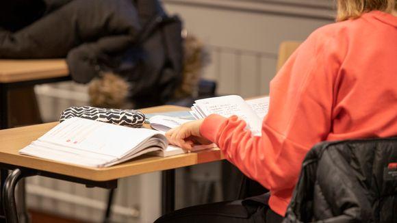 Opiskelija Venjän kielen tunnilla.
