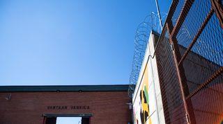 Vantaan vankilan portit ja piikkilanka-aitaa