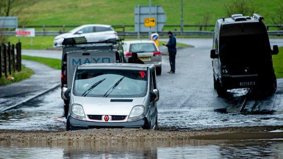 Auto tulvavedessä.