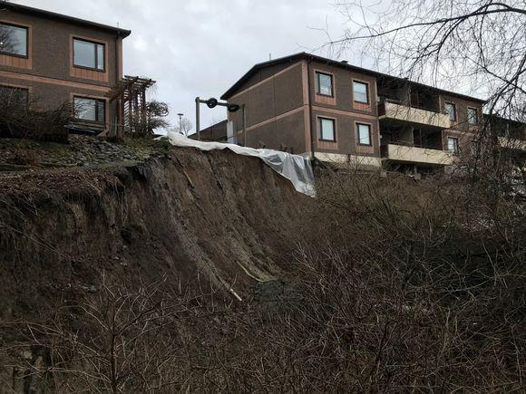 Maa on sortunut talon ympäriltä