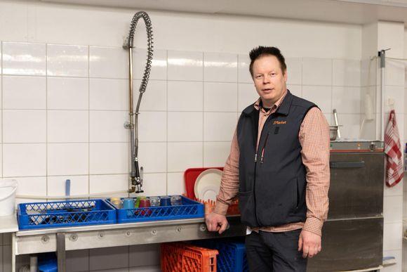 Kauppias Arto Aurala on tyytyväinen kun Nuorgamin kylään tulee taas vesi normaalisti ja ravintolat astiat voi tiskata.