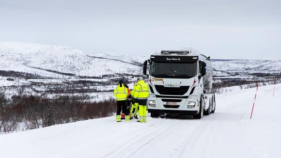 Suomen pohjoisimpaan kylään tuotiin säiliöautolla vettä jotta kyläläisille riittää varmasti vettä.