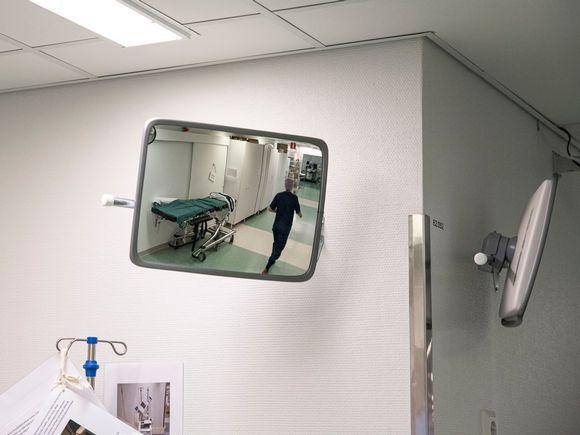 Hoitaja sairaalan käytävällä.