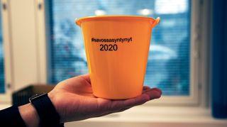 Kuopion yliopistollinen sairaala jakaa kelta-mustia #savossasyntynyt 2020 -ämpäreitä synnyttäjille.