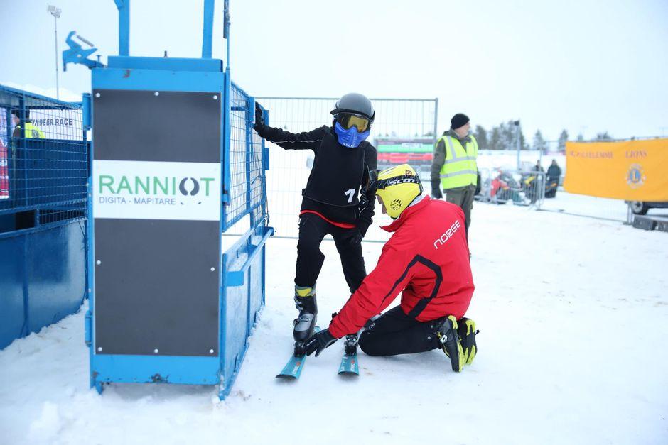 Isä Uula-Petteri Somby tarkistaa poikansa varusteet ennen junioriluokan starttia.