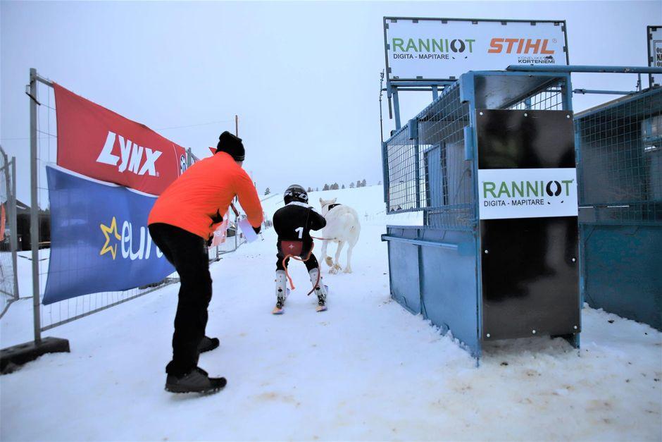 Marko Tervaniemi auttoi poikaansa Elias Tervaniemeä juniorisarjan lähdössä.