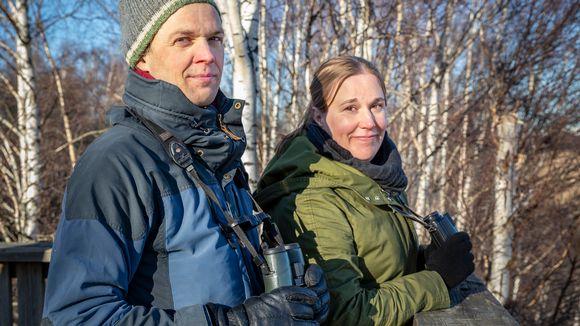 lintututkija Aleksi Lehikoinen ja luontotoimittaja Mari Pihlajaniemi lintutornissa