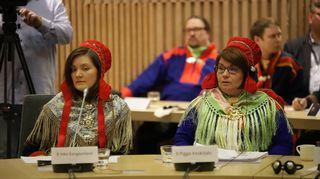 Inka Kangasniemi ja Pigga Keskitalo Saamelaiskäräjien 2020-2023 ensimmäisessä kokouksessa.