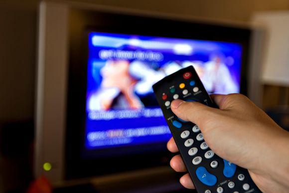 En fjärrkontroll riktas mot en tv