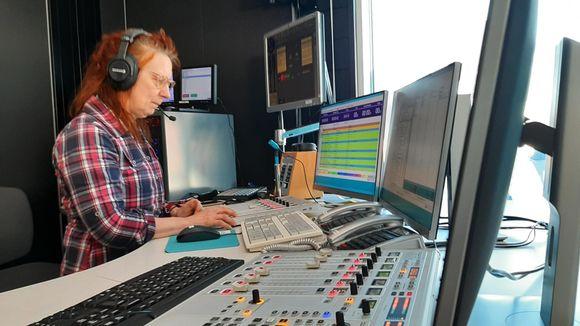 Anja Kaarret juontaa yhteispohjoismaista radiolähetystä.