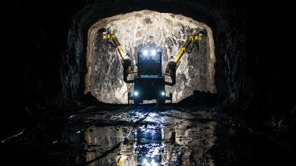 Porausajoneuvo tulevan Sulkavuoren keskuspuhdistamon käytävällä maaliskuussa 2020.