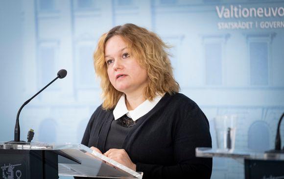 Perhe- ja peruspalveluministeri Krista Kiuru valtioneuvoston tiedotustilaisuudessa 19. maaliskuuta.