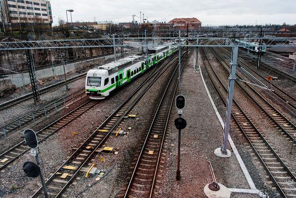 Kuvassa VR:n juna kulkee.