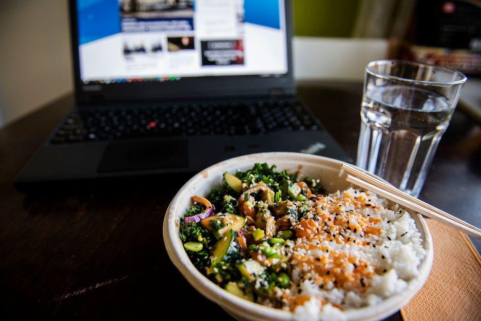 Kuvassa on poke bowl -ruoka-annos lohella ja riisillä keittiön pöydällä.