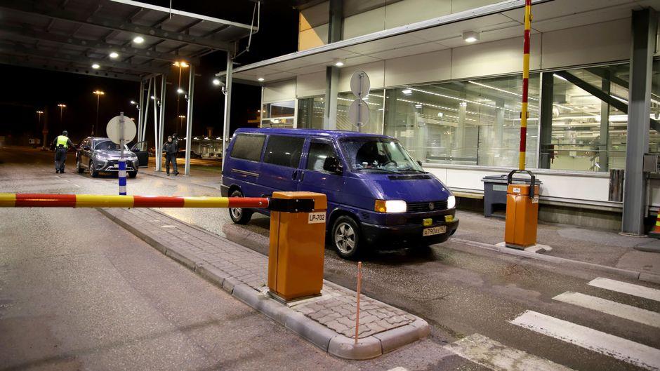 Venäläinen pakettiauto ajaa rajapuomin ohi Vaalimaan raja-asemalla