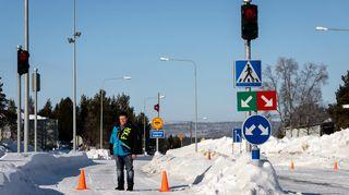 Tero Paltto seisoo Suomen ja Norjan suljetulla rajalla Karigasniemen tullissa