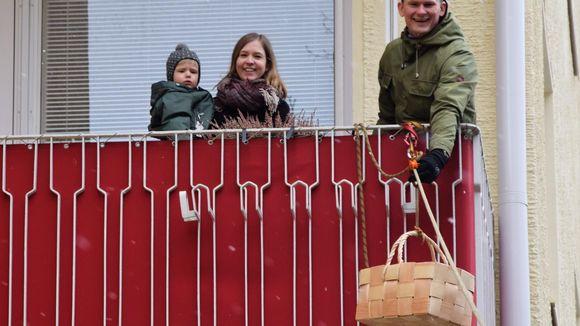 Niko Vähäsarja laittaa virpomispalkkiot korilla köyttä pitkin lapsille pihaan.