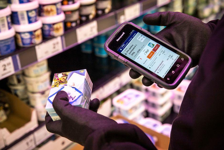 Ville Törrönen kerää asiakkaan ostoksia hakua varten Päivärannan K-Citymarketissa