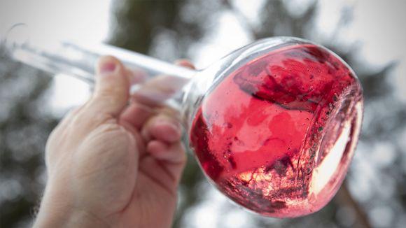 Punaista nestettä lasipullossa.
