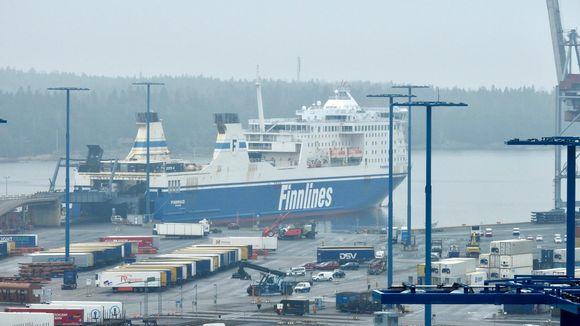 Finnlinesin autolautta Helsingin satamassa Vuosaaressa.