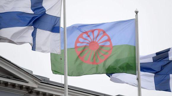 Romanien ja Suomen liput liehuvat salossa. Vuonna 1971 Lontoossa pidettiin ensimmäinen kansainvälinen romanikongressi ja hyväksyttiin romanien lippu.