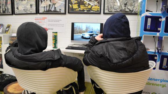 Kaksi poikaa katsoo tietokoneen ruutua.