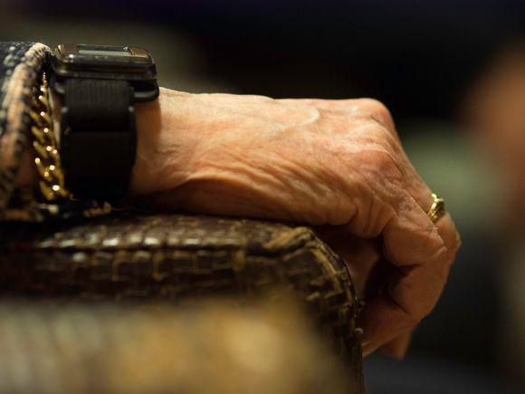 Vanhan naisen kädet