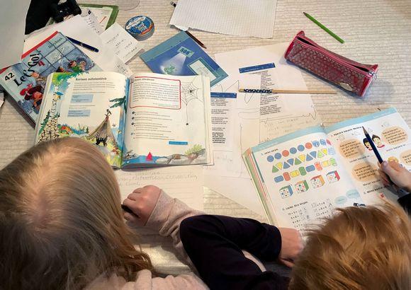 lapset opiskelevat kotona