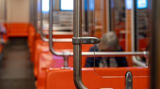 Ihminen istuu metrossa