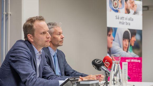 Terveyden- ja hyvinvoinnin laitoksen tiedotustilaisuudessa johtava asiantuntija Jussi Sane ja ylilääkäri Taneli Puumalainen.
