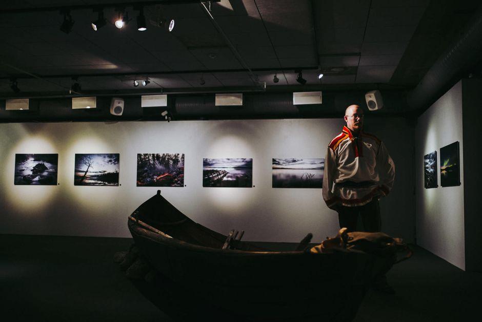 Jan-Erik Paadar Veden kuvia -valokuvanäyttelynsä avajaisissa.