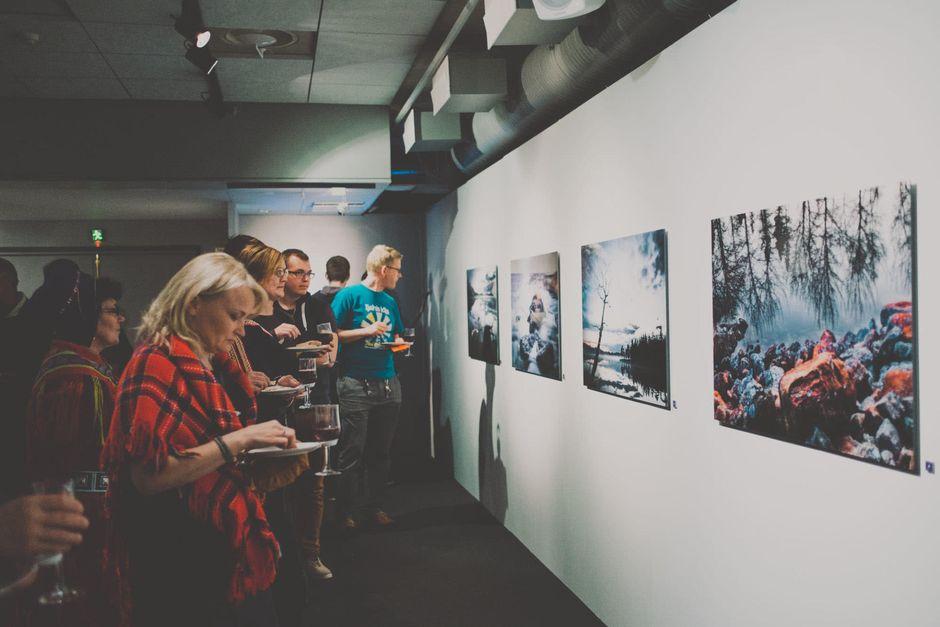 Jan-Erik Paadar Veden kuvia -valokuvanäyttelyn avajaiset Saamelaismuseo ja luontokeskus Siidassa.