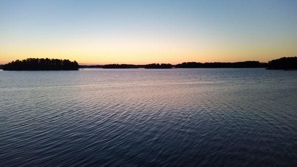 Kallavesi jäiden lähtemisen jälkeen varhain aamulla ennen auringonnousua.