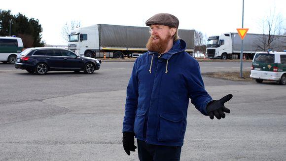 Haparantalainen muusikko Adam Huuva seisoo Suomen ja Ruotsin rajalla.