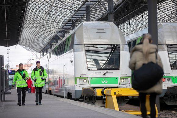 junia laiturilla ja yksinäinen matkustaja sekä kaksi kuljettajaa