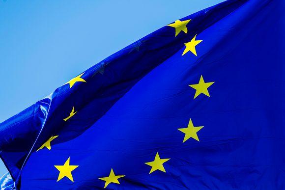Kuvassa liehuu Euroopan unionin lippu.