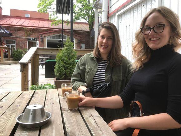 Alina Diaz ja Enni Helenius Riihimäellä Juomahuone Laitisen terassilla kahvilla.
