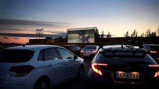 """Drive-in-elokuvanäytöksessä esitettiin maanantai-iltana Tuukka Temosen uutuuselokuva """"Aika jonka sain"""" Helsinki-Vantaan lentoaseman kupeessa olevalla pysäköintialueella."""