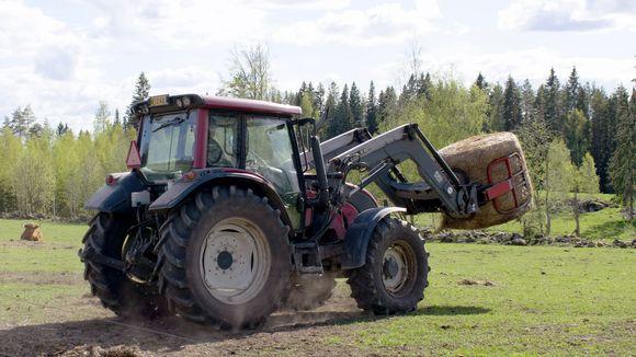 Rehupaali traktorin etukuormaajassa