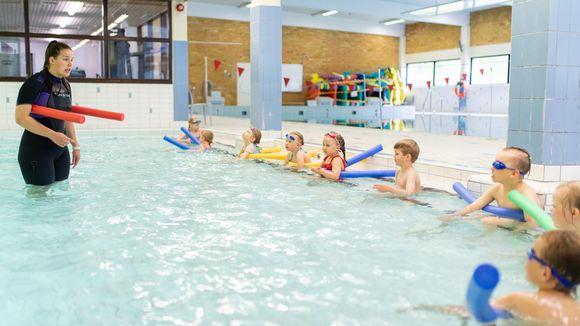 Uimakoulu uimahallin lastenaltaassa