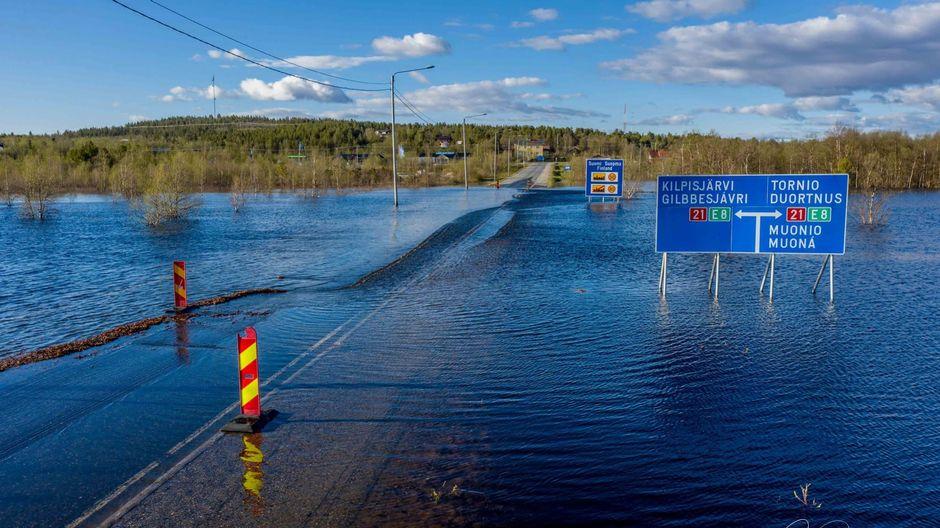 Tulvan alle jäänyt tie Enontekiön Karesuvannossa.