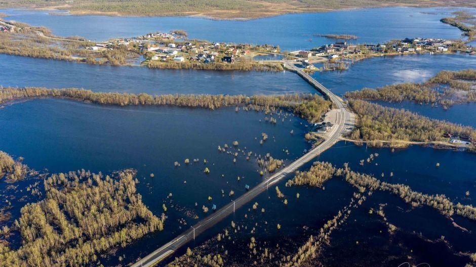 Veden alle jäänyt tienpätkä Enontekiön Karesuvannossa.