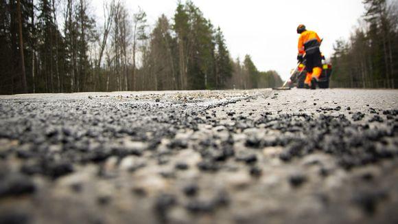 asfalttitietä paikataan