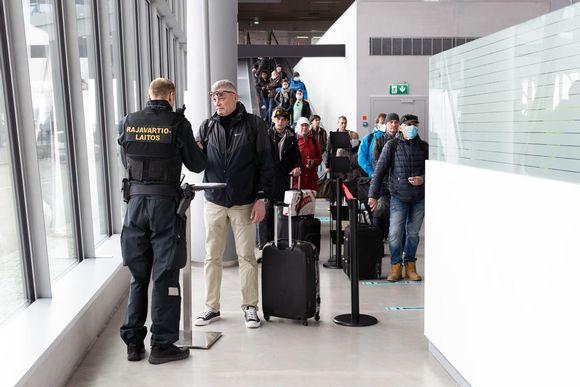Rajavartiolaitos tarkistaa matkustajia Helsingin Länsisatamassa 15. toukokuuta.
