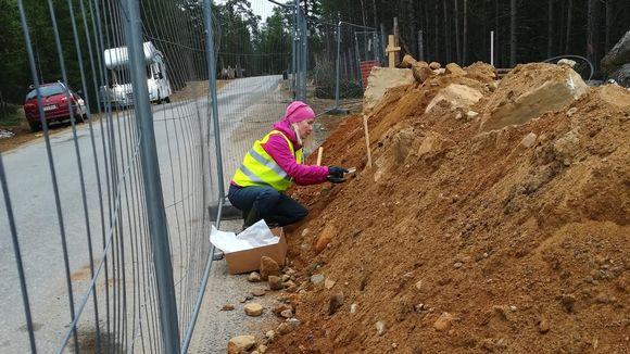 arkeologi kaivaa Saamelaismuseo Siidan työmaalla kesäkuussa 2020.