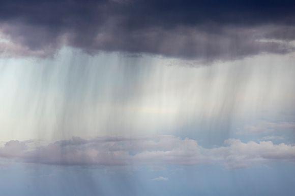 Vesisadetta taivaalla putoamassa tummasta pilvestä.