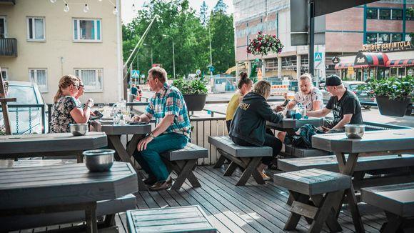 Asiakkaita Ravintola Sohvin terassilla Jyväskylässä.