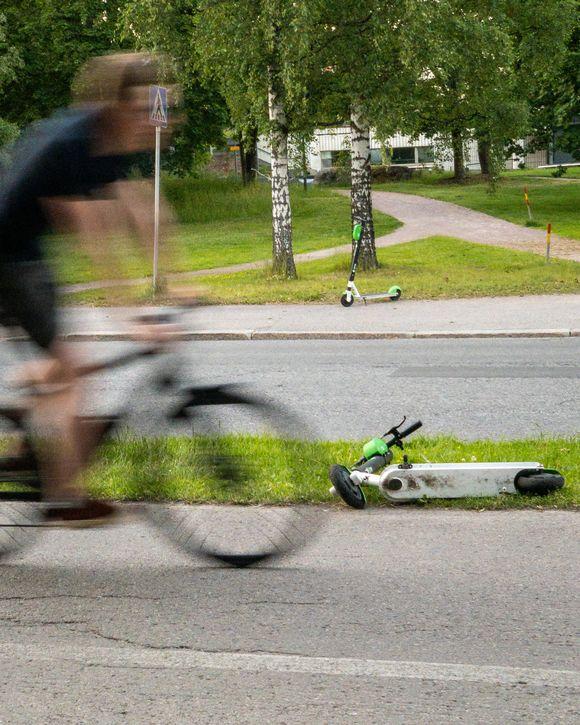 Sähköpotkulauta on kaatunut pysäköitynä pyörätien laitaan