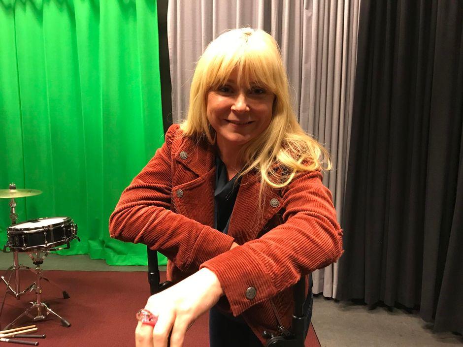Susa Saukko Inarissa ohjaamassa koltansaamenkielisiä äänitestejä.